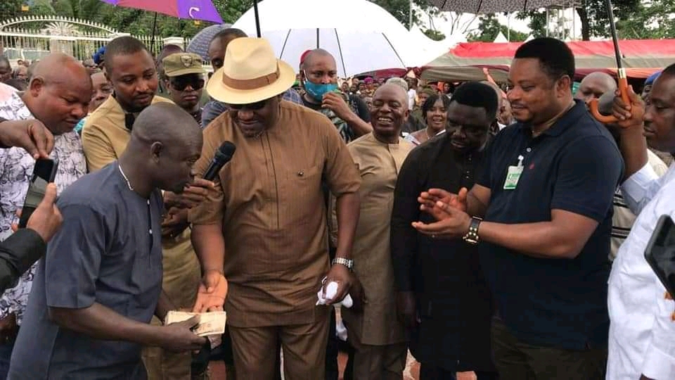 Rt. Hon. Legor Idagbo Fetes Hon. Martin Orim As He Celebrates New Yam Festival With Utukalu Nation, Distributes Cars To Party Loyalists.